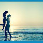 una pareja en la playa disfrutando del amor