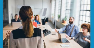 psicologa con un equipo en una sala de reuniones